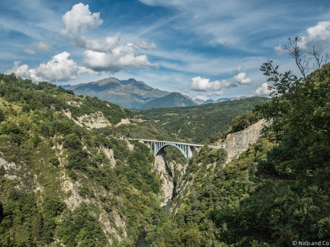 Vue Pont Ponsonnas saut élastique Route des Alpes Gap Paysage Isère Rideandpics Route Touristique des Alpes. Un itinéraire idéal pour des vacances à moto ! Pour faire de la photo ou du camping et du pique-nique en admirant la montagne. Un roadbook situé dans le Sud Est entre Grenoble et Gap, sur la route des Alpes