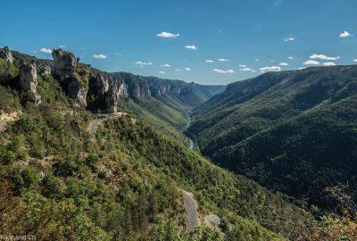 Superbe vue Gorges du Tarn lors d'une balade moto. Ces routes touristiques sont superbes et idéales pour des vacances réussies à moto ! Superbes panoramas et paysages, camping et pique-nique au bord de l'eau. Un itinéraire situé dans le Sud de la France en Rhône Alpes entre Florac et Millau